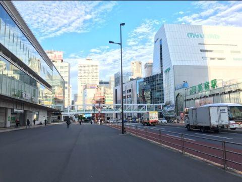 JR新宿駅と甲州街道の写真